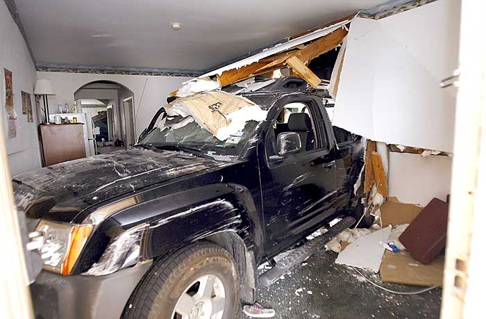 2 hurt when SUV crashes through wall of Americas Best ...